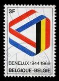 在比利时打印的邮票在比荷卢三国颜色显示麦比乌斯带 免版税库存照片