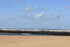 在比利时海岸的老码头在奥斯坦德 免版税库存照片