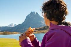 在比利牛斯山的断裂外壳与在的Ossau峰顶 免版税图库摄影