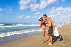 在比基尼泳装的有吸引力的年轻夫妇和短裤在 免版税库存照片