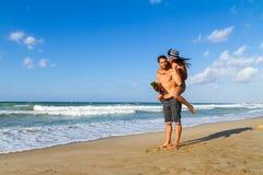 在比基尼泳装的有吸引力的年轻夫妇和短裤在 库存图片