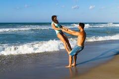 在比基尼泳装的有吸引力的年轻夫妇和短裤在 图库摄影