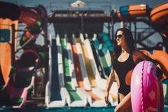 在比基尼泳装的模型在游泳池 免版税库存照片