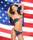 在比基尼泳装的模型有美国国旗的 库存图片