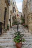 在比尔古Vittoriosa,马耳他亦称浸泡有步的狭窄的街道 免版税库存图片