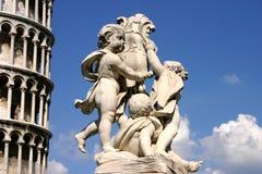在比萨前面板岩塔的雕象  库存图片