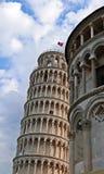 在比萨大教堂后的比萨斜塔 免版税库存照片