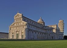 在比萨大教堂和圣约翰,主教座堂广场比萨洗礼池的看法  免版税库存照片