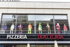在比萨店trattoria的化装舞会服装商店 免版税库存照片