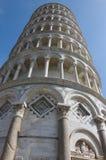 在比萨角度射击的斜塔 免版税库存照片