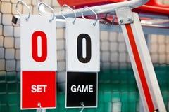 在比赛前审判与记分牌的椅子在网球场 免版税库存照片