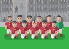 在比赛平的图表膝盖前的足球队员 免版税库存照片