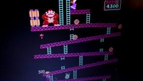 在比赛戏剧期间的宽射击'驴孔'减速火箭的拱廊葡萄酒计算机游戏从 股票视频