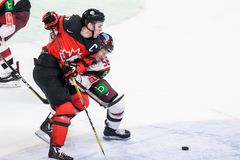 在比赛期间的康纳McDavid和Guntis Galvins在队拉脱维亚和队加拿大之间 免版税图库摄影