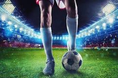 在比赛期间,准备好的足球运动员在体育场踢soccerball 免版税库存照片