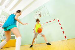 在比赛期间的十几岁的男孩滴下的篮球 库存图片