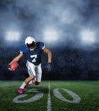 在比赛期间的美国橄榄球运动员 免版税库存照片
