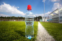 在比赛期间,特写镜头射击了瓶足球场水  图库摄影