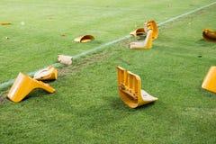 在比赛以后的残破的塑料位子在体育场 故意破坏 库存照片