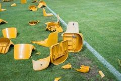 在比赛以后的残破的塑料位子在体育场 库存图片
