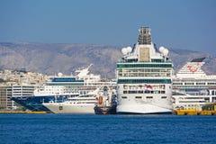 在比雷埃夫斯港的巡航船  免版税库存照片