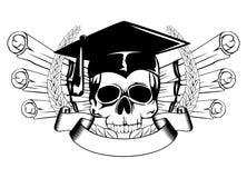 在毕业盖帽和滚动的头骨 免版税图库摄影