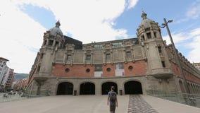 在毕尔巴鄂,西班牙供以人员走往Azkuna Zentroa文化中心主要门面  股票视频