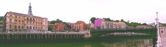 在毕尔巴鄂,西班牙江边的建筑学 库存照片