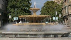 在毕尔巴鄂,西班牙浇灌飞溅在喷泉在广场Moyua,中心广场 股票视频