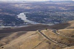 在毗邻市Lewiston,爱达荷和Clarkston,华盛顿之间的斯内克河 库存照片