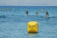 在毛伊吉姆海洋枪战的青年直立的Paddleboard种族 库存图片