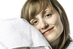 在毛巾偎依的女孩 免版税图库摄影