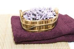 在毛巾的有气味的肥皂花 免版税库存照片
