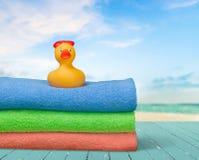 在毛巾的橡胶鸭子 免版税图库摄影