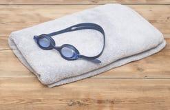 在毛巾的游泳风镜 库存图片