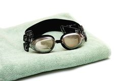 在毛巾的游泳风镜 免版税图库摄影