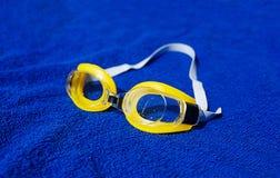 在毛巾的游泳玻璃 图库摄影