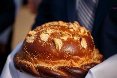 在毛巾的美丽的被烘烤的面包 免版税库存图片