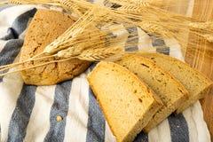 在毛巾的麦子面包 库存照片