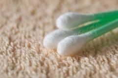 在毛巾纹理的绿色棉花棒 免版税库存照片
