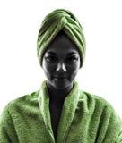 在毛巾画象剪影包裹的妇女 免版税库存图片
