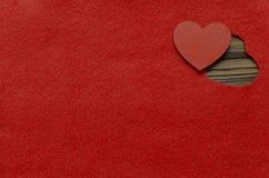 在毛毡弯曲的心脏 背景蓝色框概念概念性日礼品重点查出珠宝信函生活纤管红色仍然被塑造的华伦泰 库存图片