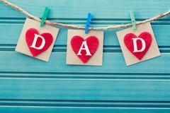 在毛毡心脏的父亲节消息 免版税库存图片