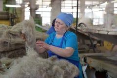 在毛毡的妇女工作解雇工厂 免版税库存照片