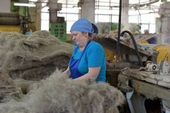 在毛毡的妇女工作解雇工厂 免版税库存图片