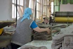 在毛毡的妇女工作解雇工厂 库存图片