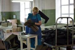 在毛毡的妇女工作解雇工厂 库存照片