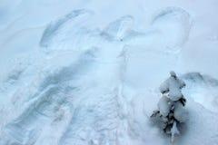 在毛皮树旁边的雪天使 免版税图库摄影