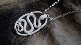 在毛皮的白色蛇项链 库存图片