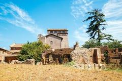 在毛皮围巾的小山的古老废墟在罗马,意大利 免版税库存图片